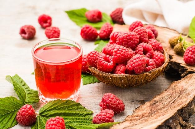 Pij malinę i jagody w misce