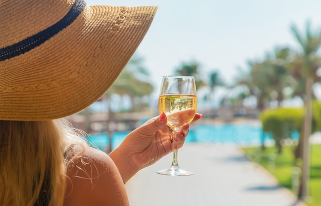 Pij wino nad morzem