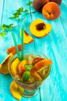Pij ze świeżymi brzoskwiniami