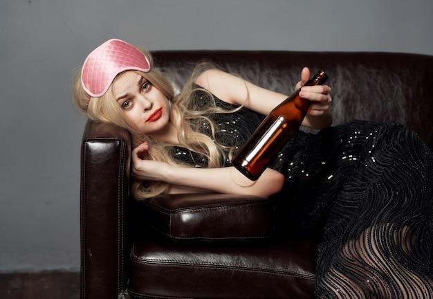 Pijana kobieta na masce kanapy do snu party wakacje styl życia ciemne tło