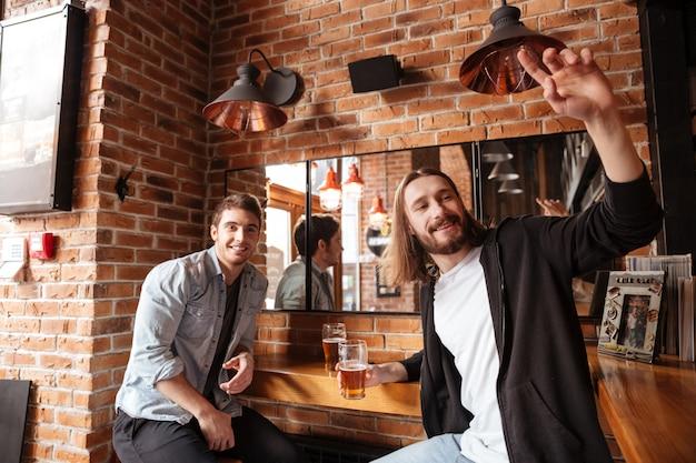 Pijani przyjaciele dzwonią do kelnera