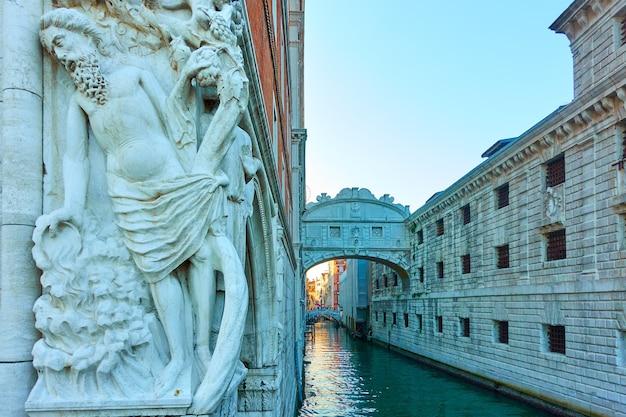 Pijaństwo rzeźby noego i most westchnień w wenecji, włochy