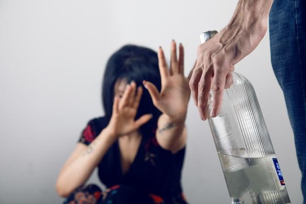 Pijany mąż bije swoją żonę
