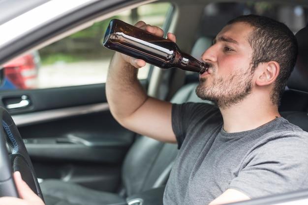 Pijany mężczyzna siedzi w samochodzie