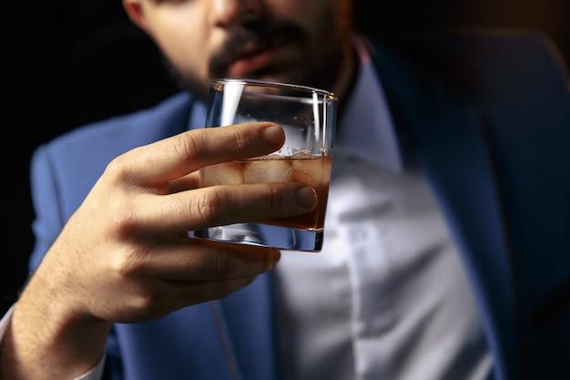 Pijany mężczyzna śpi przy barze uzależnienia od alkoholu