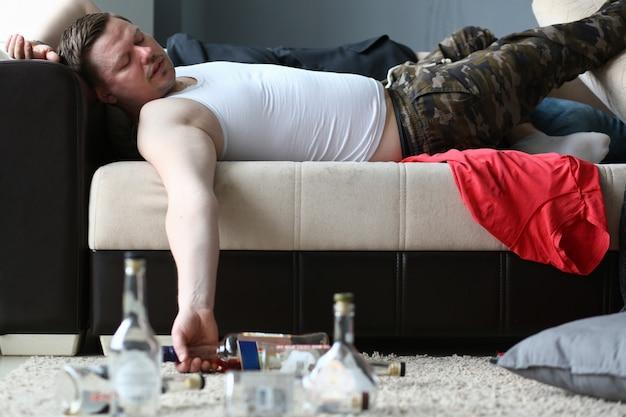 Pijany mężczyzna w mieszkaniu