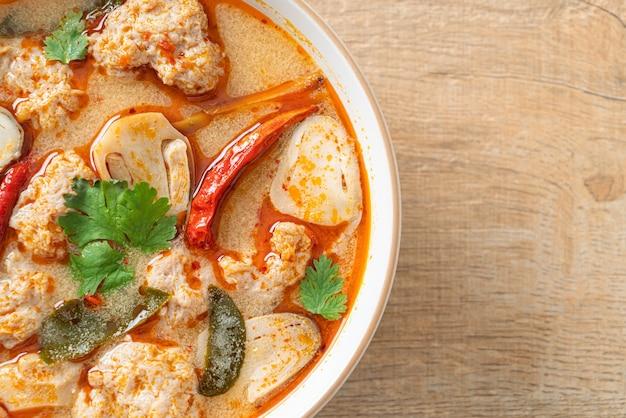 Pikantna gotowana zupa wieprzowa z grzybami - tom yum - po azjatyckim jedzeniu