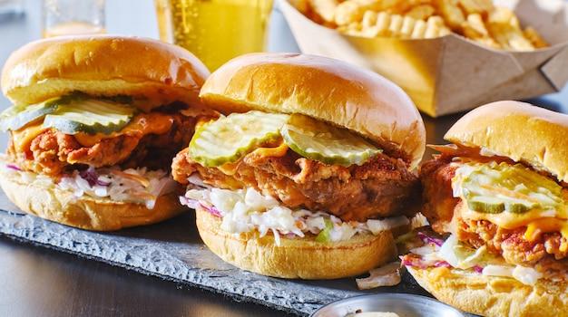 Pikantna kanapka z kurczakiem nashville z surówką coleslaw i piklami