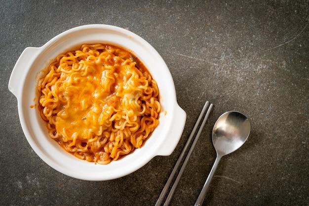Pikantna miska na makaron instant z serem mozzarella