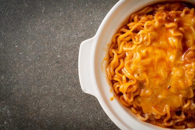 Pikantna miska z makaronem instant z serem mozzarella