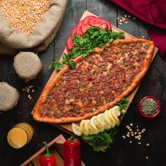 Pikantna pide z mięsem i czerwoną papryką