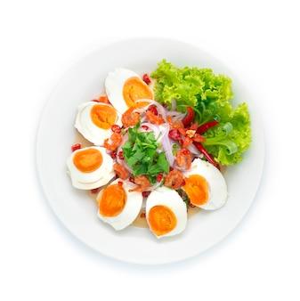 Pikantna sałatka jajko solone z suszonymi krewetkami. pikantne tajskie jedzenie