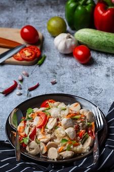 Pikantna sałatka z klopsikami, pikantne azjatyckie jedzenie.