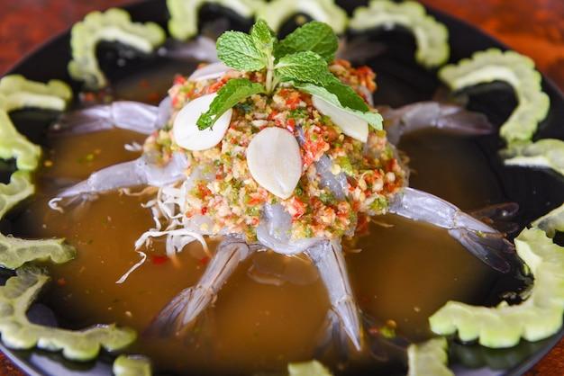 Pikantna sałatka z krewetkami w sosie rybnym, świeże surowe zioło krewetek i sos z owoców morza z gorzkim melonem
