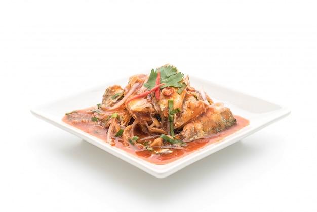 Pikantna sałatka z makreli w sosie pomidorowym