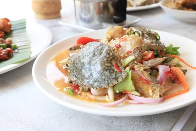 Pikantna sałatka z owoców morza z dużym krabem i warzywami