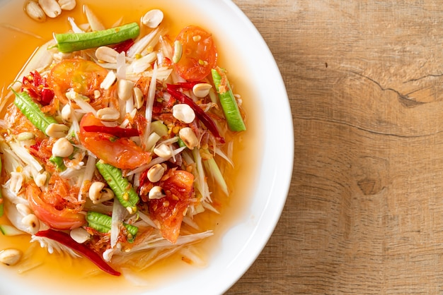 Pikantna sałatka z papai - somtam - tajska tradycyjna kuchnia uliczna