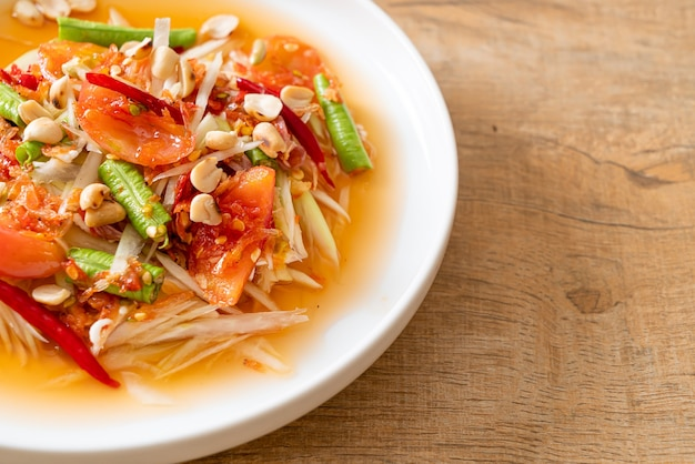 Pikantna sałatka z papai - somtam - tajski tradycyjny styl street food