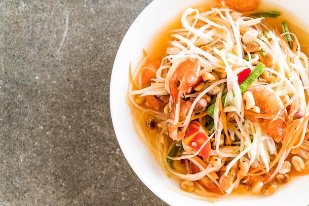 Pikantna sałatka z papai (tradycyjne tajskie jedzenie)
