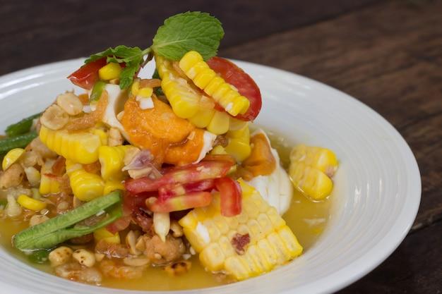 Pikantna sałatka z papai z kukurydzą, solonymi jajkami