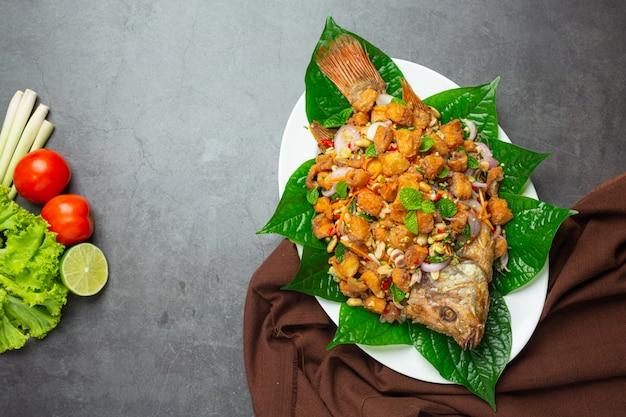 Pikantna smażona sałatka rybna tubtim, pikantne, tajskie jedzenie.