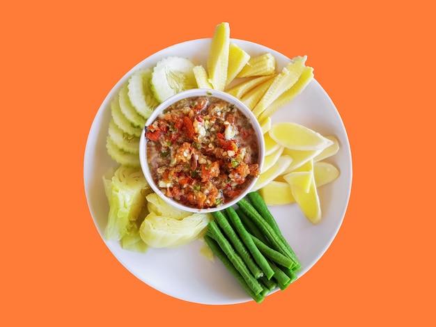 Pikantna tajska pasta z krewetek chili z różnymi rodzajami gotowanych warzyw