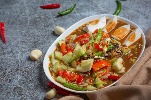 Pikantna tajska sałatka z ogórkami i papryką w solonych jajach.