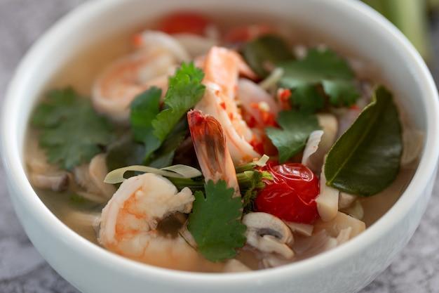 Pikantna tom yam kung, tom yum zupa krewetkowa z krewetkami, krewetkami, mlekiem kokosowym, trawą trawiastą i papryką chili w misce