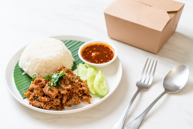 Pikantna Wieprzowina Z Grilla Z Ryżem I Ostrym Sosem W Stylu Azjatyckim Premium Zdjęcia