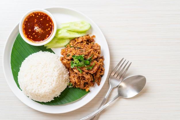 Pikantna wieprzowina z grilla z ryżem i ostrym sosem w stylu azjatyckim