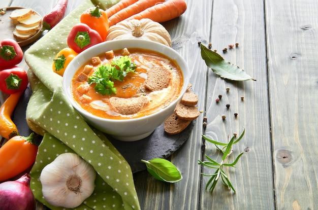 Pikantna zupa jarzynowa z pieczoną papryką na drewnie, miejsce na tekst