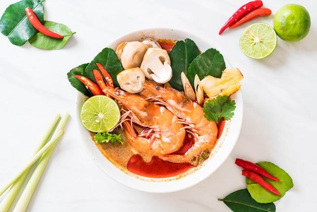 Pikantna zupa kwaśna tom yum goong