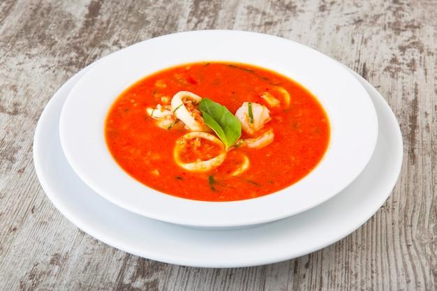 Pikantna zupa pomidorowa z owocami morza?