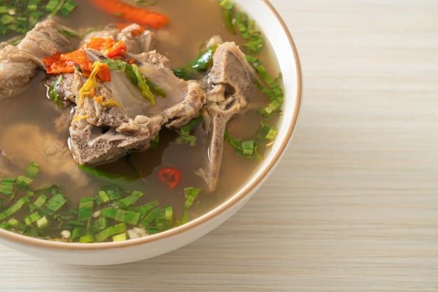 Pikantna zupa z kręgosłupem wieprzowym lub zupa z pikantnej leng - po azjatyckim stylu