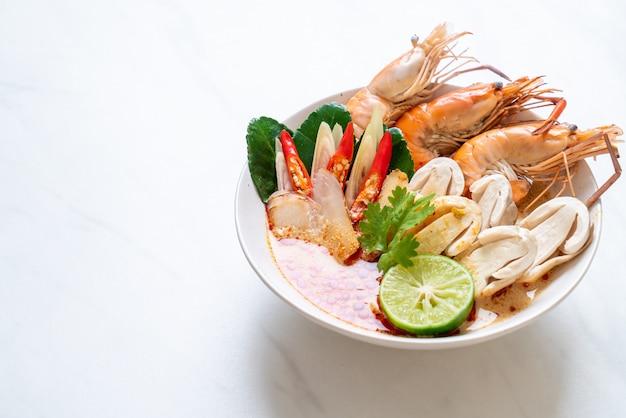 Pikantna zupa z krewetek (tom yum goong)