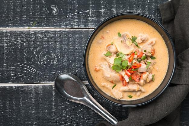 Pikantna zupa z mlekiem kokosowym i kurczakiem