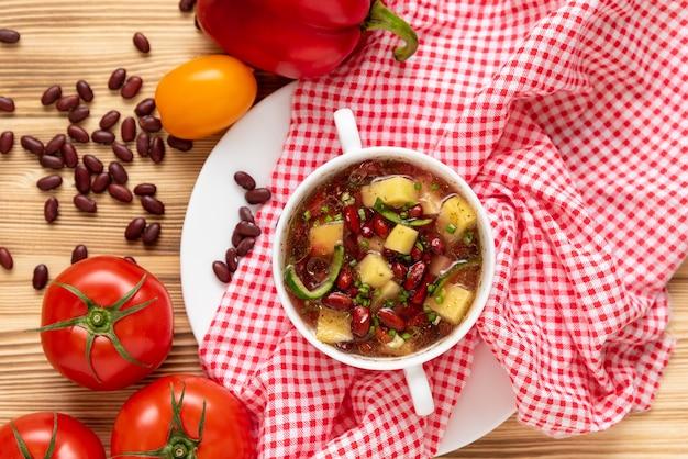 Pikantne chili fasola. z warzywami i ziemniakami. widok z góry