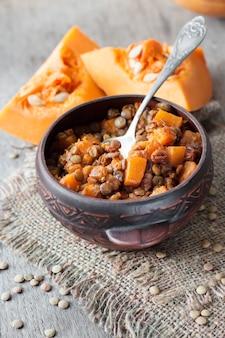 Pikantne curry z zieloną soczewicą, dynią i rodzynkami