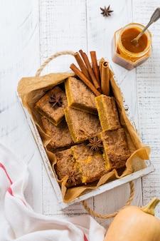 Pikantne dyniowe cbars blondie squares z cynamonem, anyżem i karmelem. tradycyjny angielski deser. widok z góry