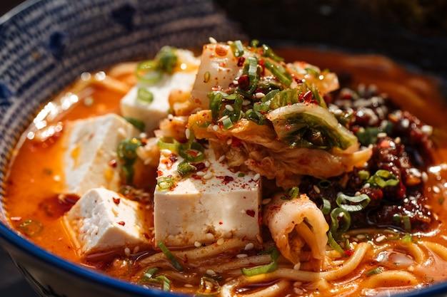 Pikantne japońskie miso tofu ramen z kimchi