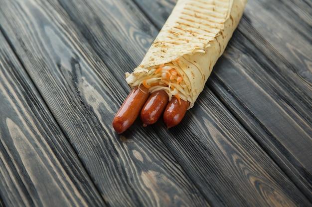 Pikantne kiełbaski w chlebie pita