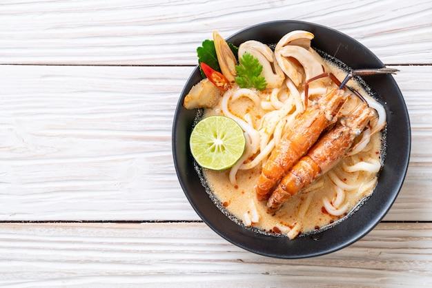 Pikantne krewetki udon makaron ramen (tom yum goong)