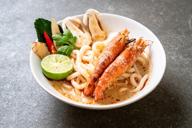 Pikantne krewetki udon ramen makaron (tom yum goong)