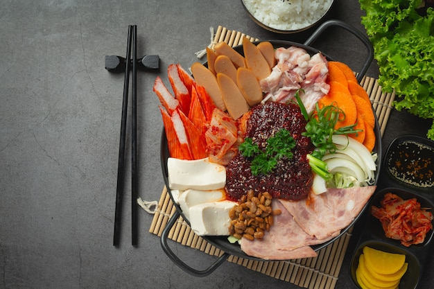 Pikantne mięso i wieprzowina gotujemy w gorącym garnku