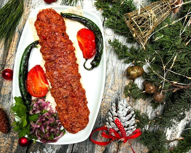 Pikantne siekane mięso z pokrojoną w plasterki cebulą