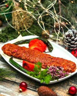 Pikantne siekane mięso ze smażonymi warzywami