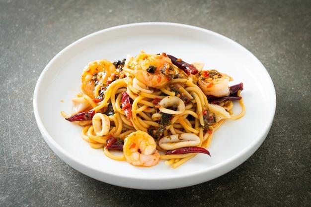 Pikantne spaghetti z owocami morza - smażone spaghetti z krewetkami, kalmarami i chilli