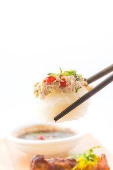 Pikantne sushi z tuńczyka