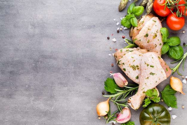 Pikantne udka z kurczaka, świeże warzywa na szaro. widok z góry.
