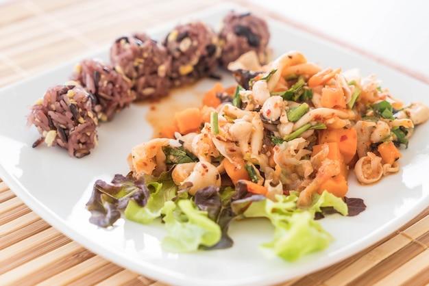 Pikantne wegetariańskie sałatki z lepką jagodą i ryżem zbożowym
